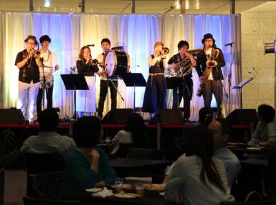 大手町プレイスの1周年記念。 1日限定でスペシャルな音楽ライブを開催。
